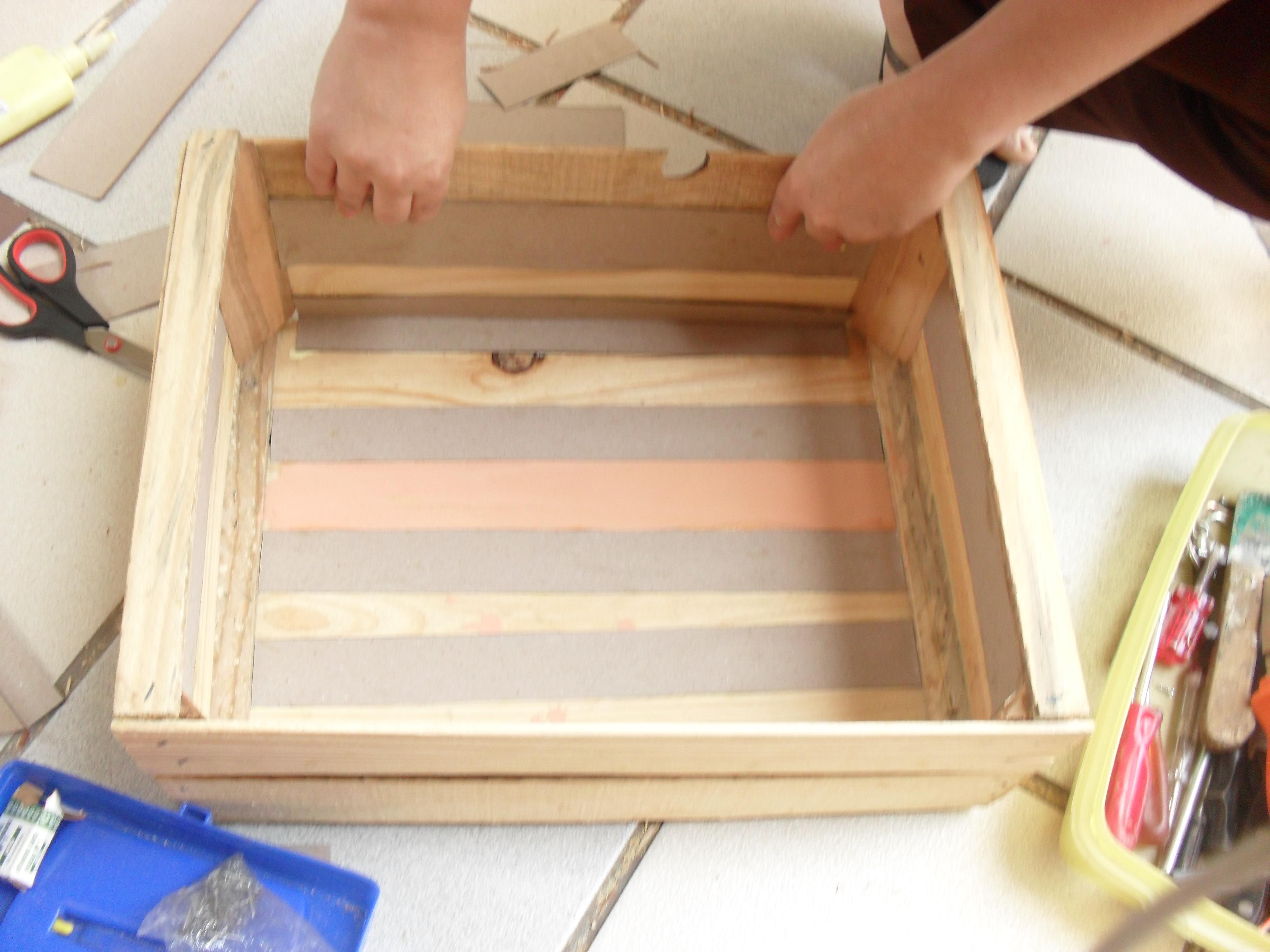 Banquinho de leitura de caixa de madeira reciclável Historiarte  #1E44AD 4000x3000