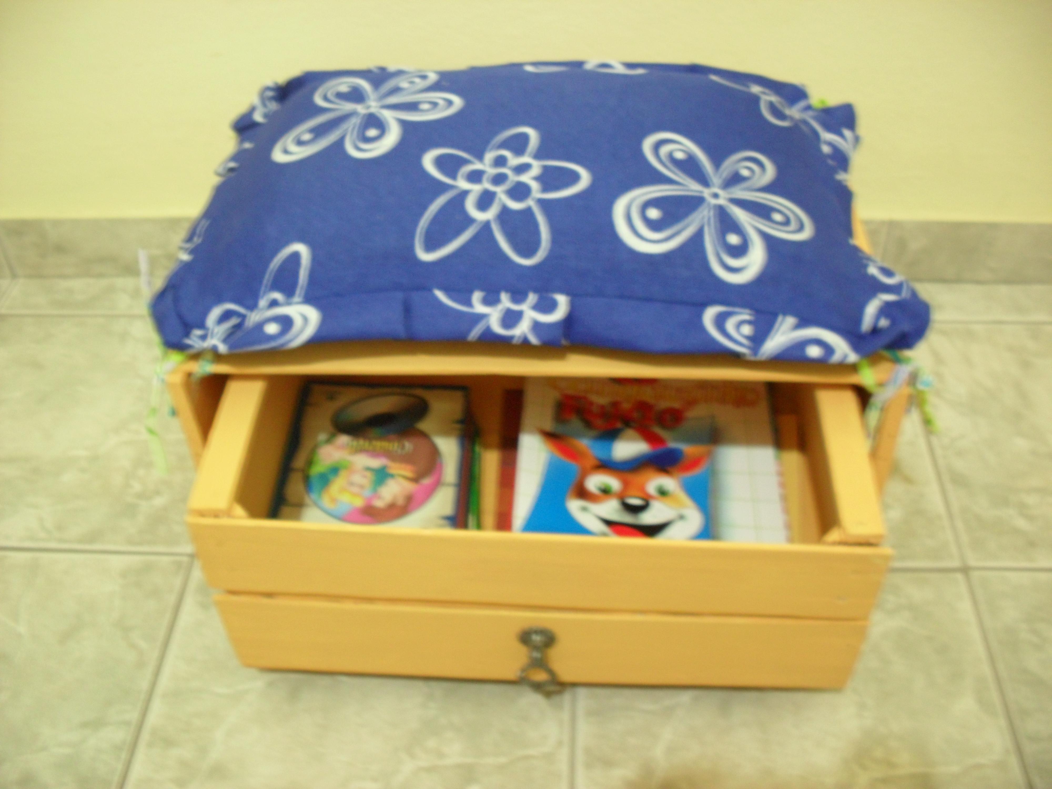 Banquinho de leitura de caixa de madeira reciclável Historiarte  #6F3B10 4000x3000